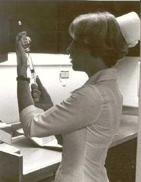 1064_nurse_filling_syringe