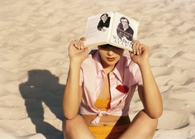 Reading_woody_on_the_beach_1